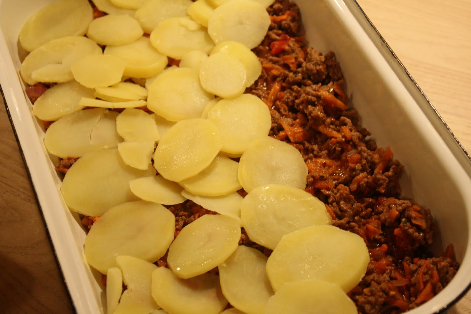 oksekød i fad med kartofler
