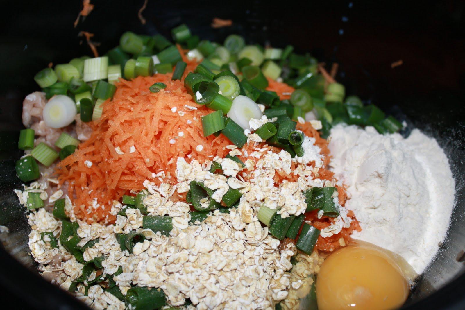 Opskrift på hjemmelavede kyllingefrikadeller med gulerod og forårsløg