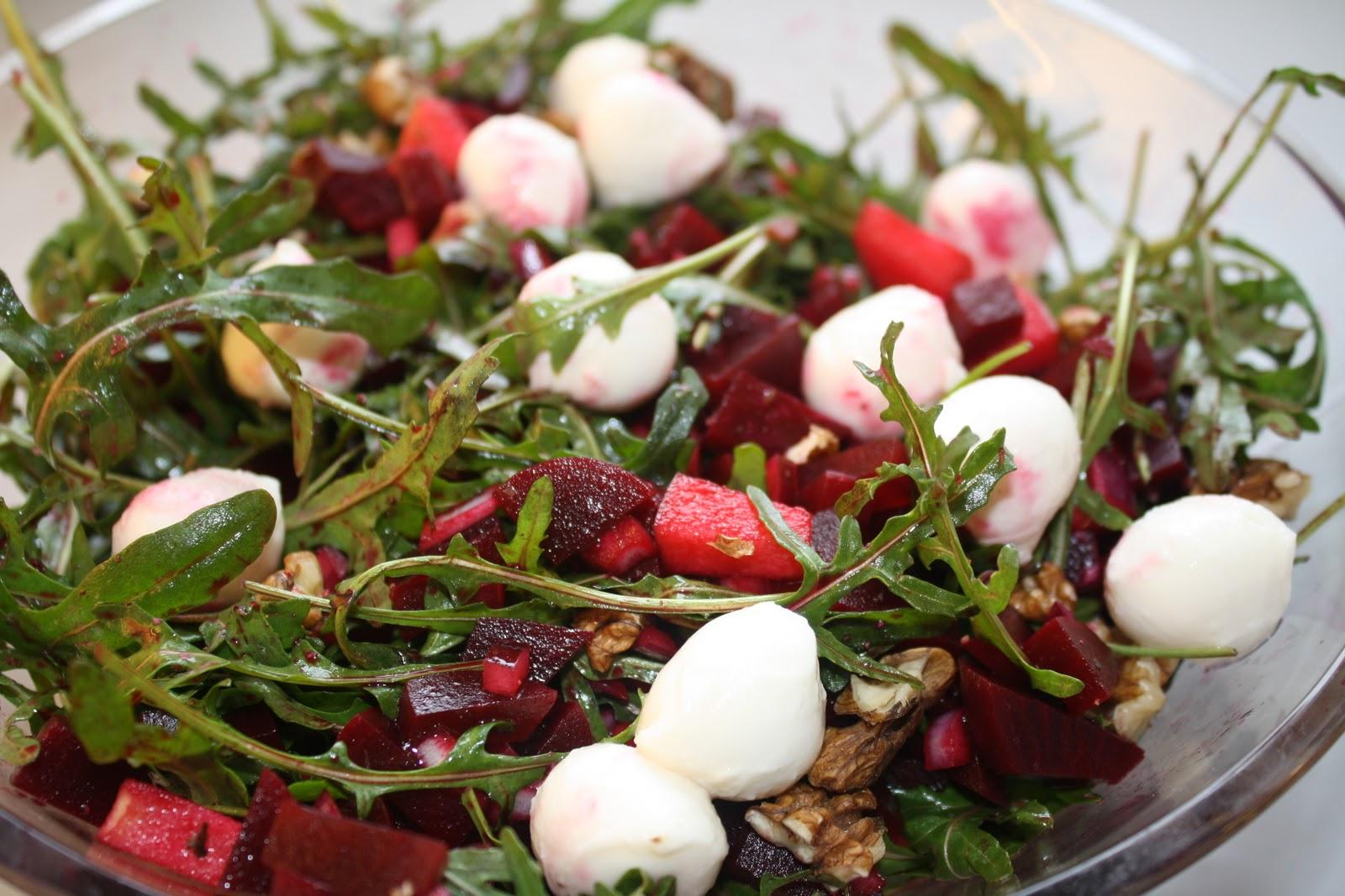 Rødbedesalat med rucola, valnødder og mozzarella