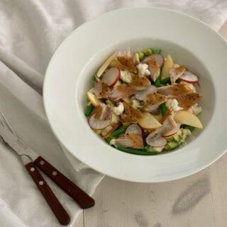 Salat med varmrøget makrel