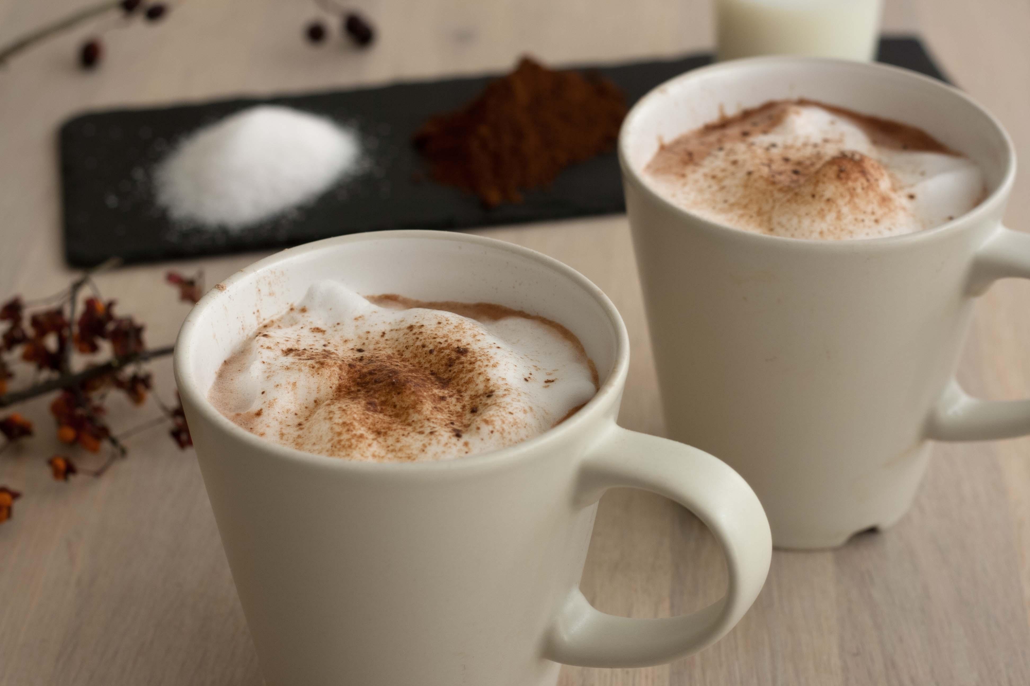Nem hjemmelavet varm kakao med mælkeskum