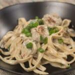 Cremet pastaret med kødboller, champignon og chili