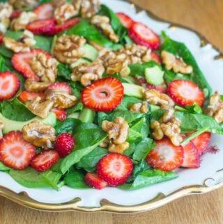 Spinatsalat med avokado og jordbær