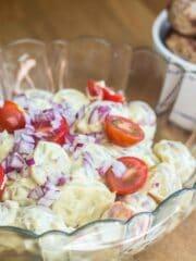 Karry kartoffelsalat med tomat og kapers