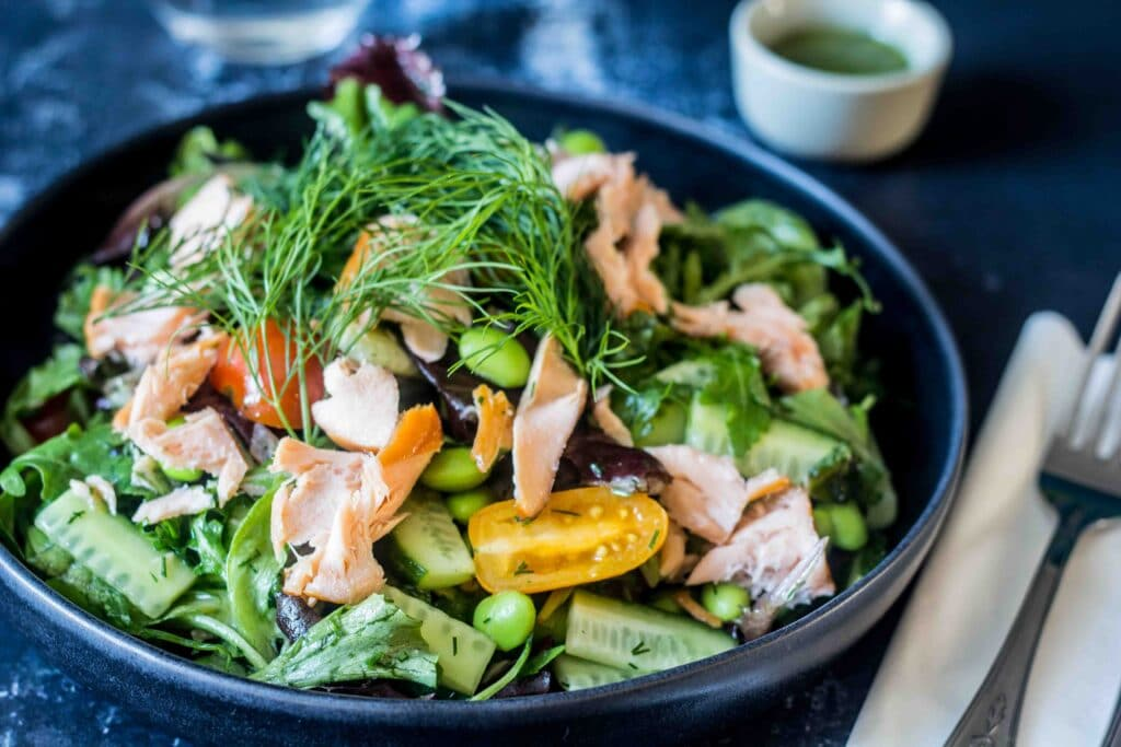 Salat med varmrøget laks og dild