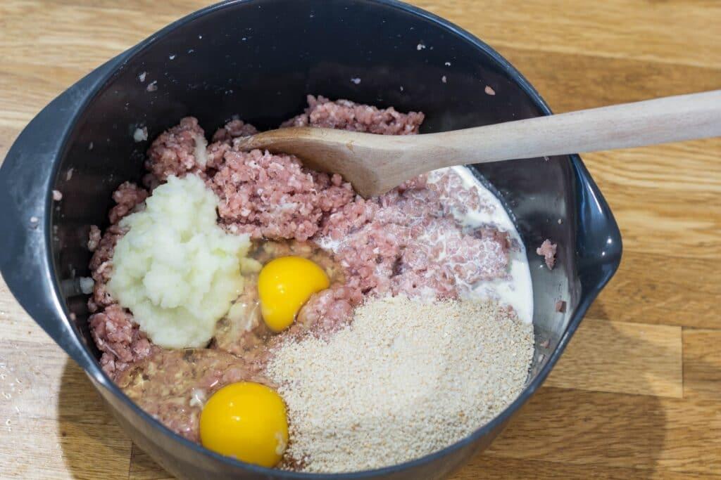 Fars røres sammen af svinekød, lg, løg, mælk og rasp til farsbrød eller forloren hare