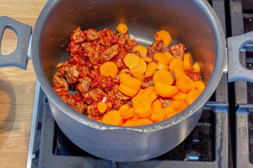 oksekød i tern og gulerødder til Gullasch