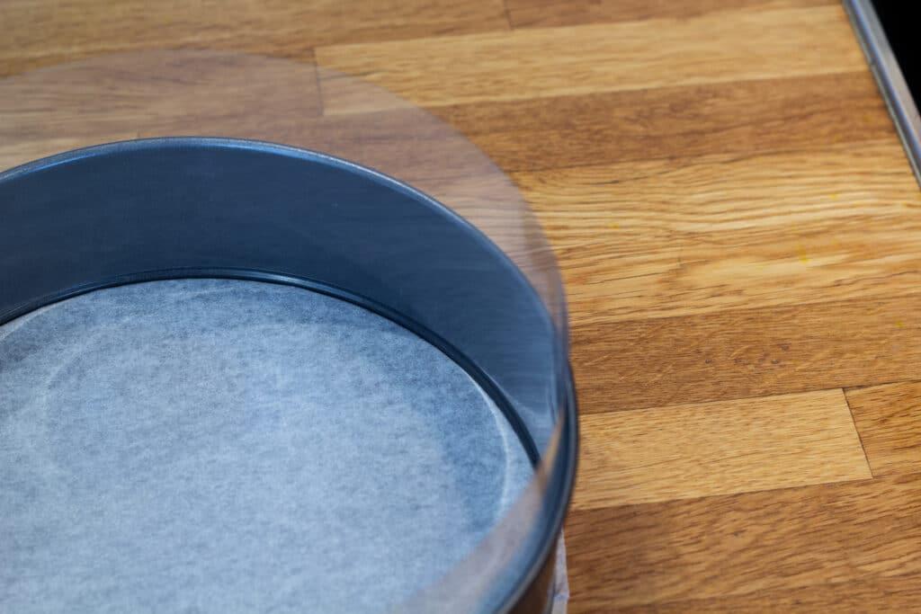 Kageplast i springform med bagepapir i bunden