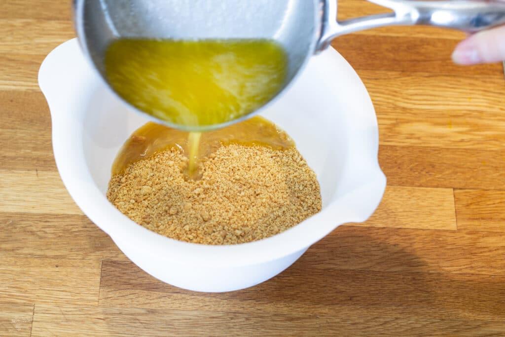 Der hældes smør over smuldret digestive kiks