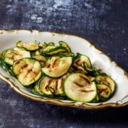 Grillede squash med olivenolie og hvidløg