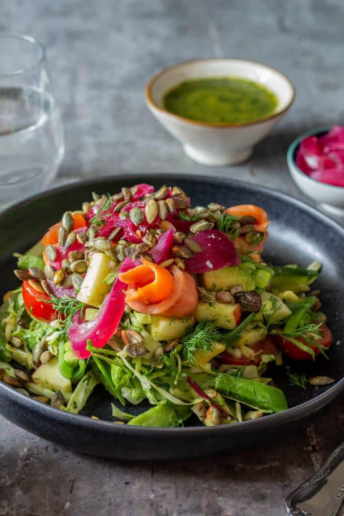 Salat med røget laks dild og syltede rødløg