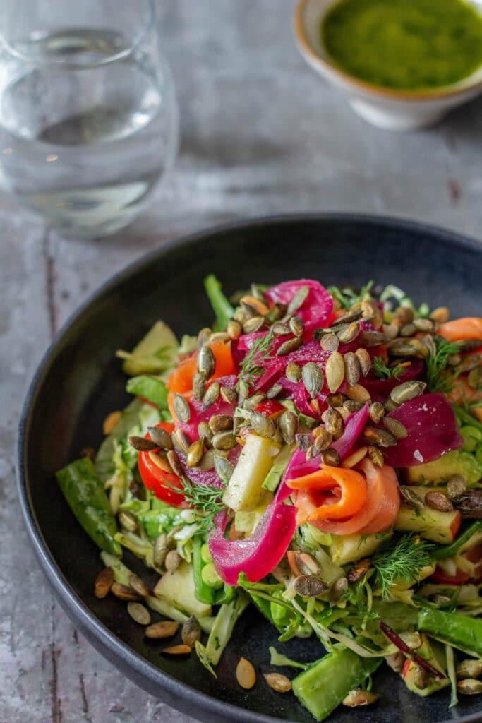 Salat med røget laks dild og syltede rødløg - salat til frokost