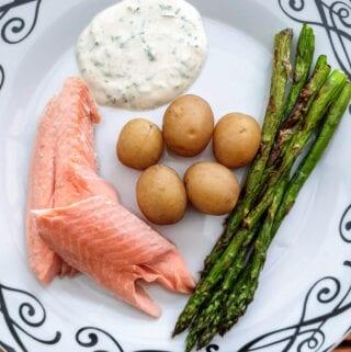 Grillet ørred med nye kartofler urtecreme og grillede asparges