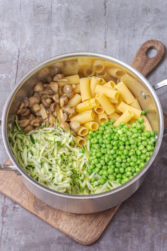 Cremet one pot pasta med squash champignon og ærter