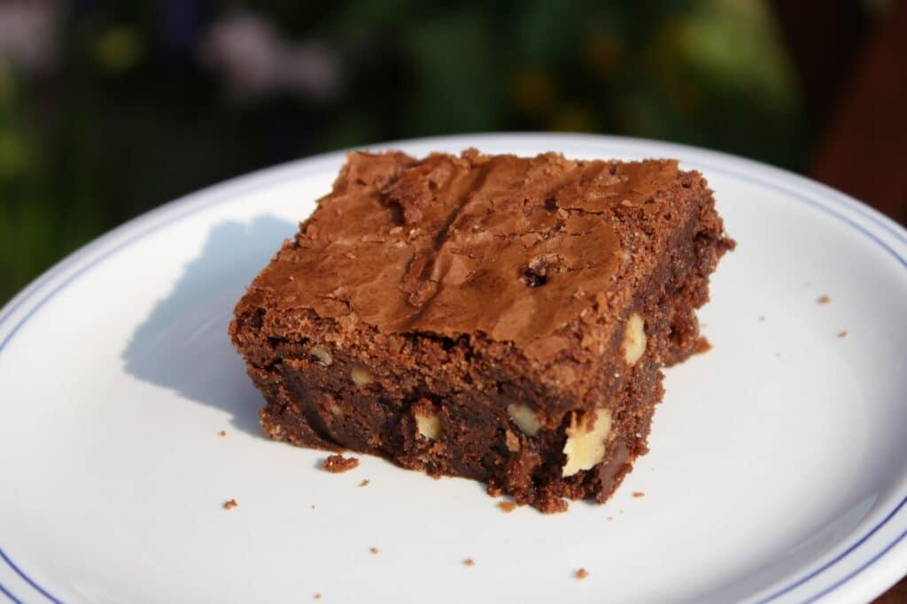 Brownie med hvid og mørk chokolade