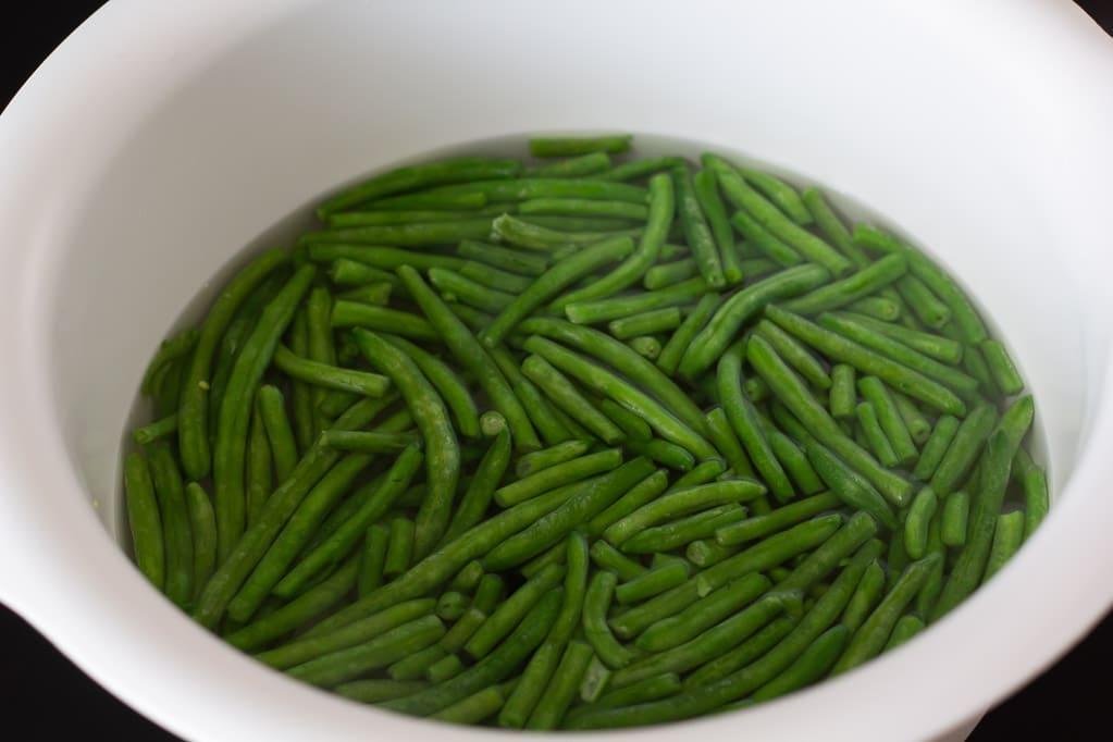 Groentsagsfrikadeller med groenne boenner
