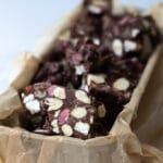 Rocky road med kokosmarcipan skumfiduser og ruby chokolade