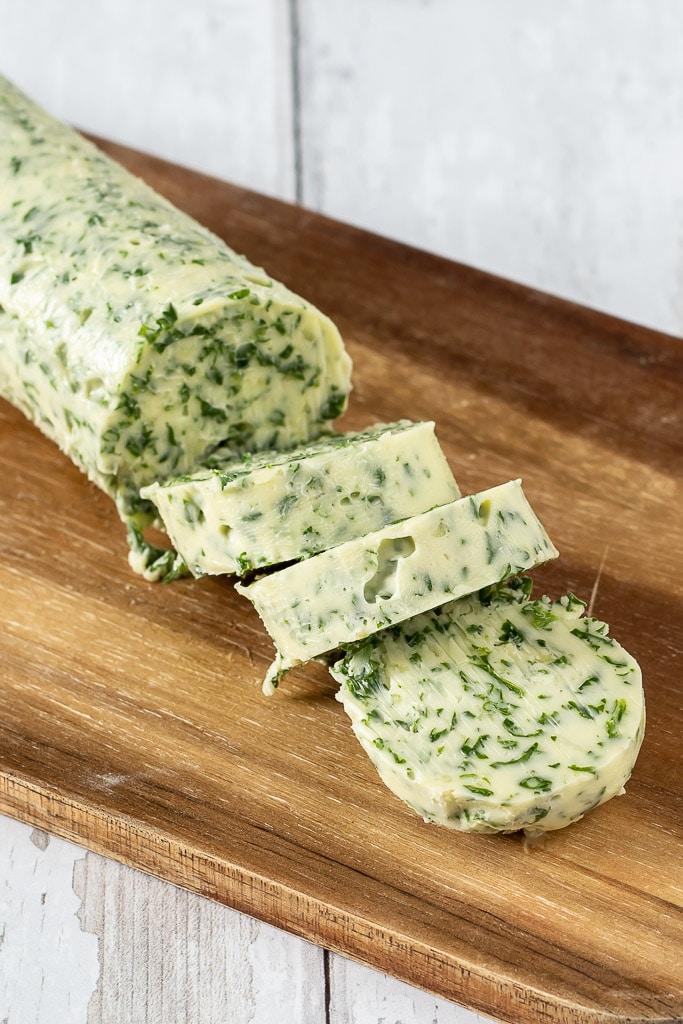 Hjemmelavet hvidloegssmoer med persille - nem opskrift på kryddersmør