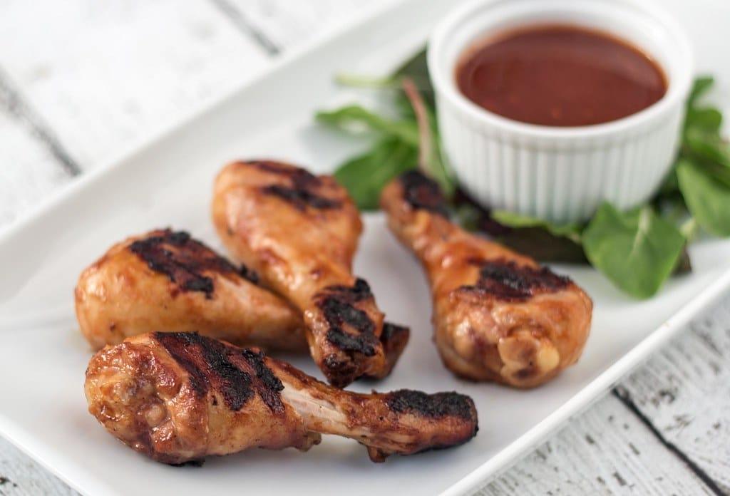 Opskrift på barbecuemarinererede kyllingelår på grill
