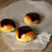 Fastelavnsboller med creme mandler og chokolade