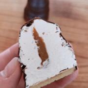 Floedeboller med karamel marcipanbund og moerk chokolade