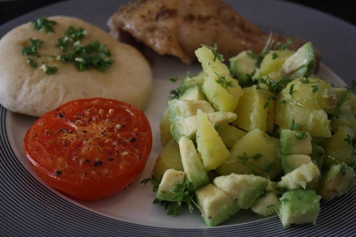 Helstegt kylling med avokadokartofler bagte tomater og hvidloegsbroed