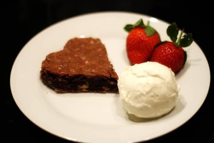 Hjerteformet brownie med vaniljeis og jordbaer Nytaar