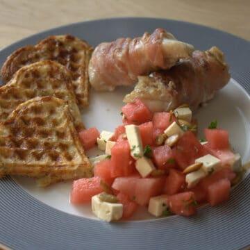 Torsk i bacon med kartoffelvafler og vandmelonsalat
