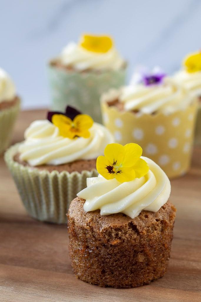 Gulerodsmuffins pyntet med spiselig blomster