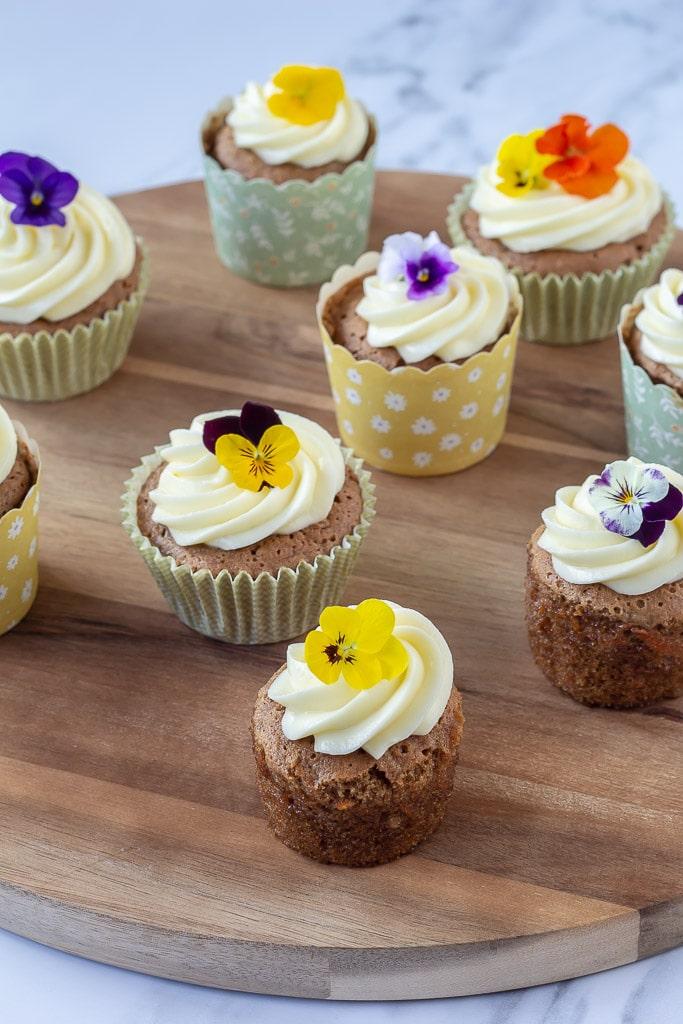 Muffins med gulerødder og ostecreme som er pyntet med blomster