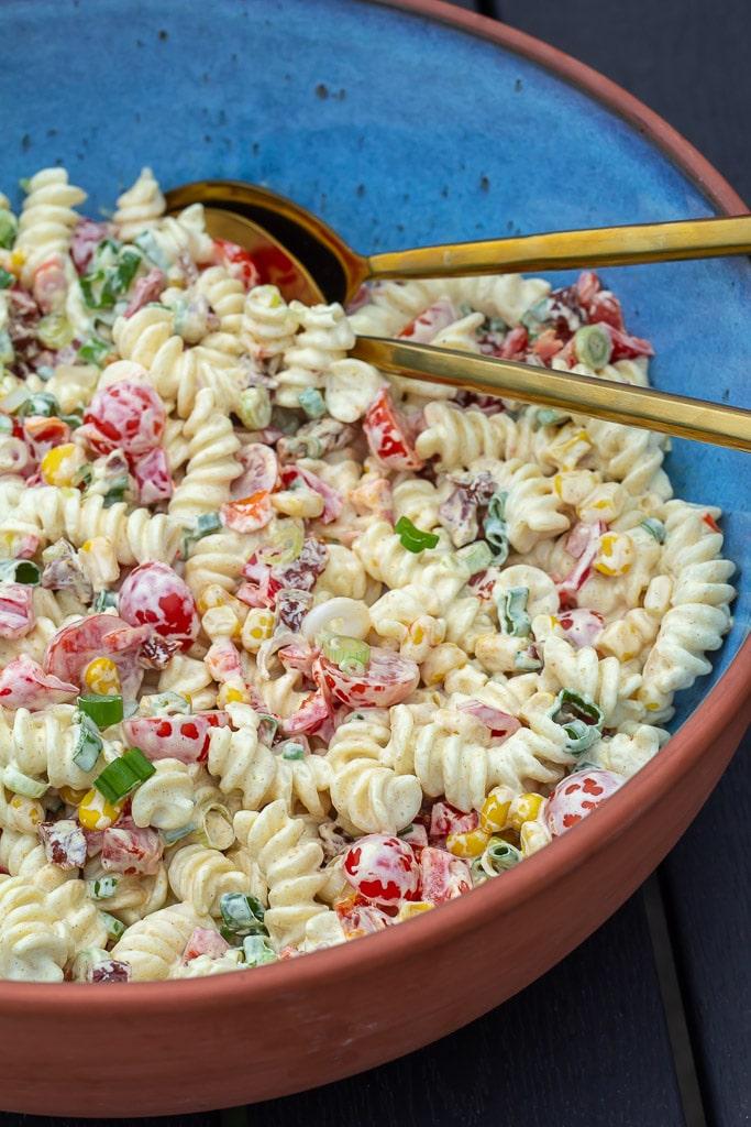Pastasalat med cremet karrydressing og groentsager