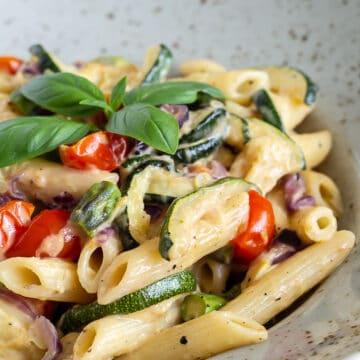 Vegetar pasta med bagte groentsager