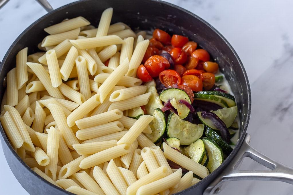 Pastapenne tilsættes til cremet vegetar pastaret